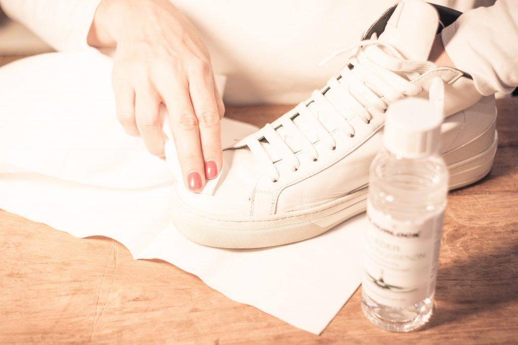 Schuhe mit Lederreiniger säubern