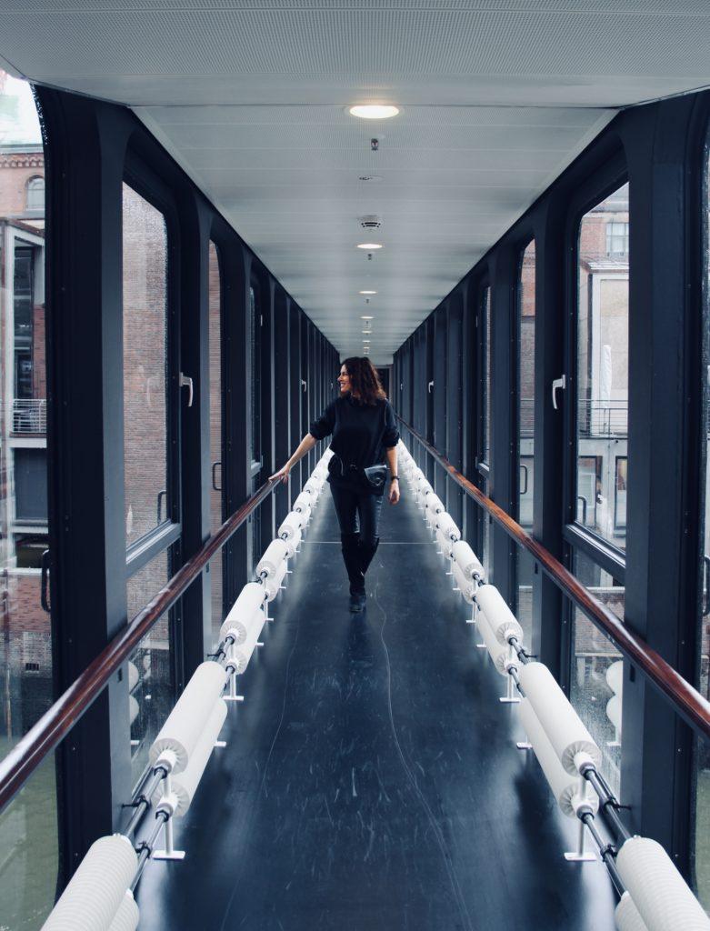 Glasbrücke im Ameron Hotel